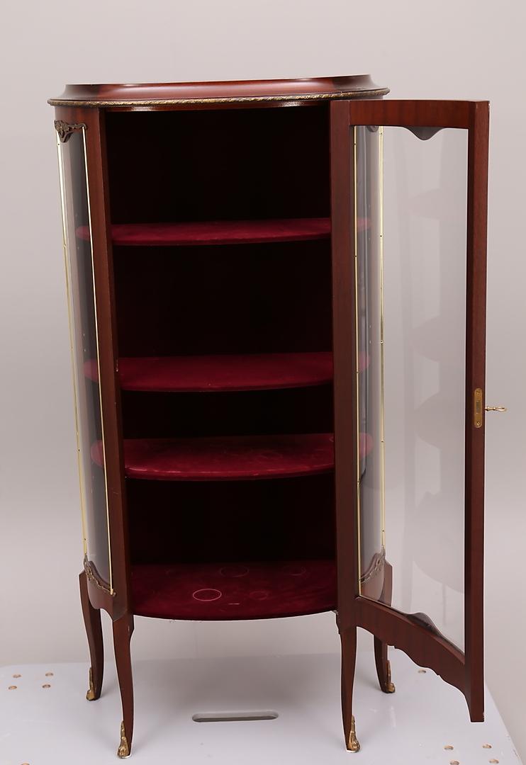 Bilder för 213160 VITRINSKåP, trä, kupade glas, mässingsbeslag, tre hyllplan, 1900 tal Auctionet