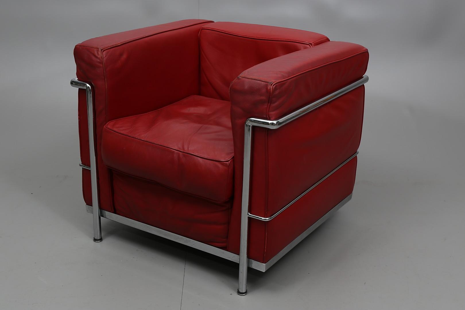 Bilder för 318526 FåTÖLJ Efter Le Corbusier, kopia, stålrör och rött skinn, 1900 talets andra