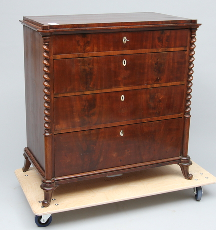 BYRÅ, 1800-tal, mahogny, 4 lådor.