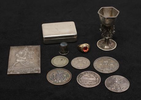 PARTI SILVER, och GULDRING bestående av dosa, fingerborg, diverse mynt och miniatyrkalk.