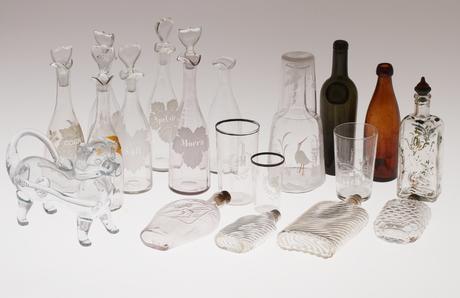 PARTI GLAS, 19 delar, bland annat flaskor, fyllehund och pluntor.