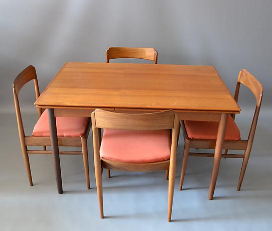 tisch mit 4 st hlen m bler matsalsm bler auctionet. Black Bedroom Furniture Sets. Home Design Ideas
