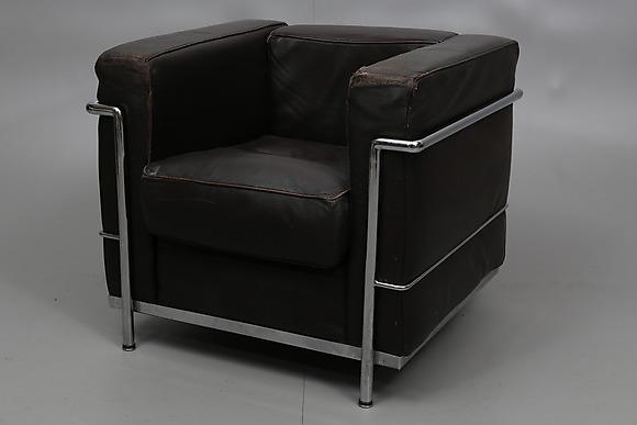 FåTÖLJ Efter Le Corbusier, kopia, stålrör och brunt skinn, 1900 talets andra hälft Möbler
