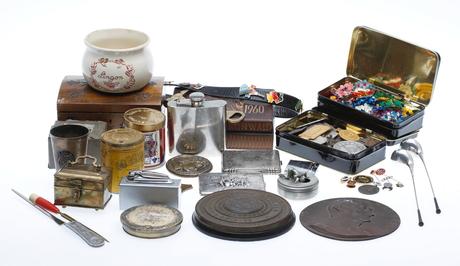 KURIOSA, bland annat bronser, etuier märken medaljer med mera.