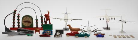 LEKSAKER, bl.a. flygplansmodeller, plastbilar, 1900-tal.