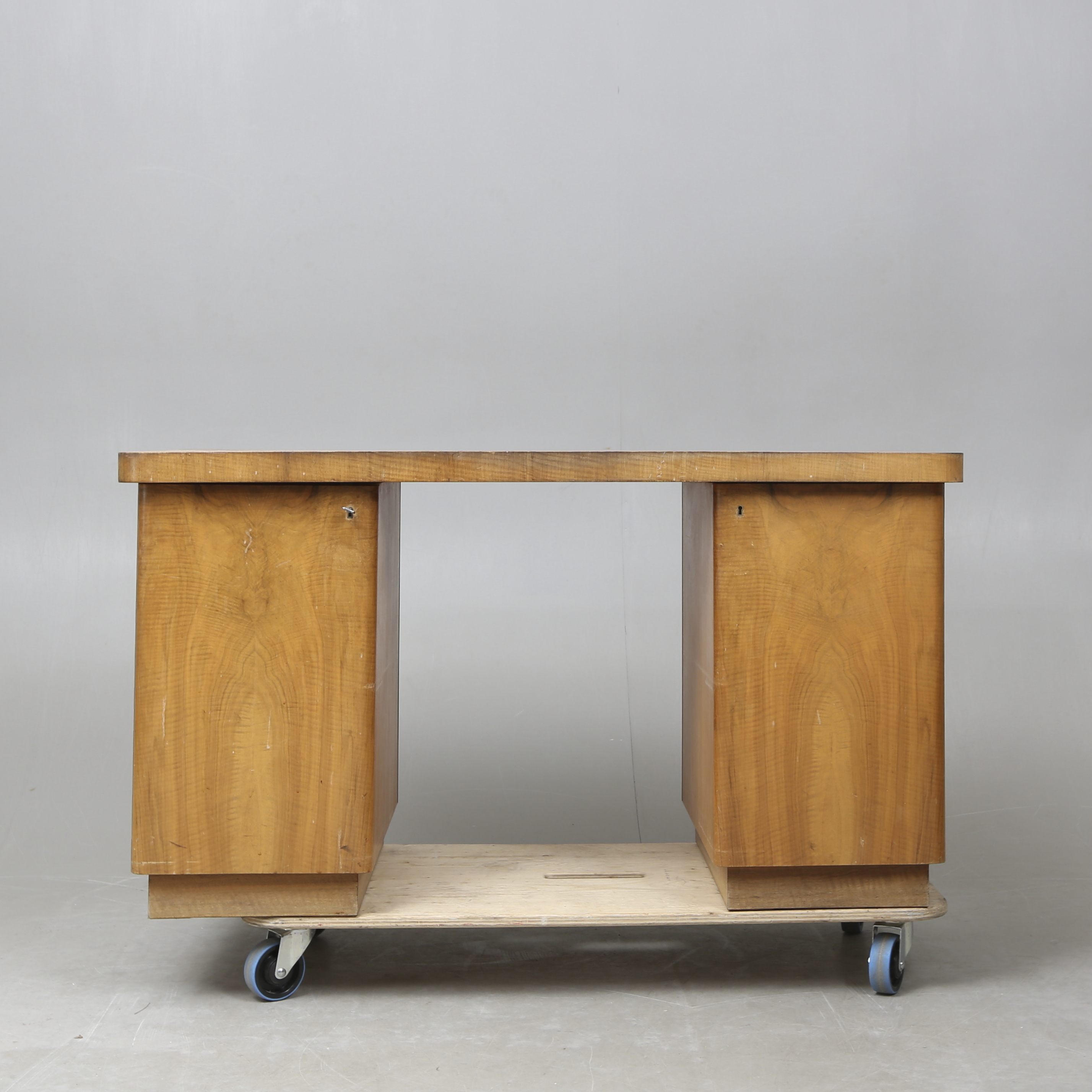 SKRIVBORD, funkis, 1930 tal. Möbler Bord Auctionet