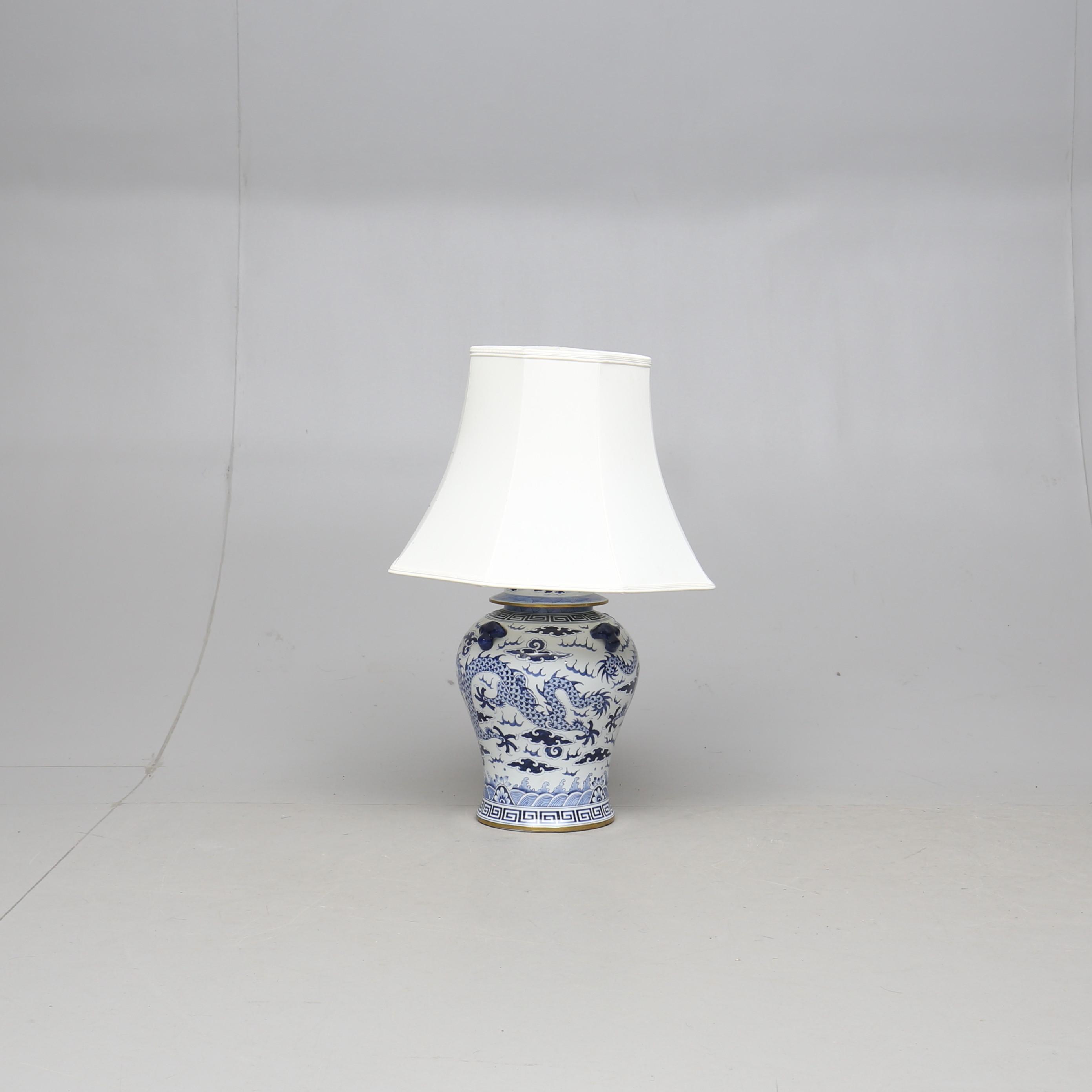 BORDSLAMPA, porslin, Kina, 2000 tal. Belysning & Lampor