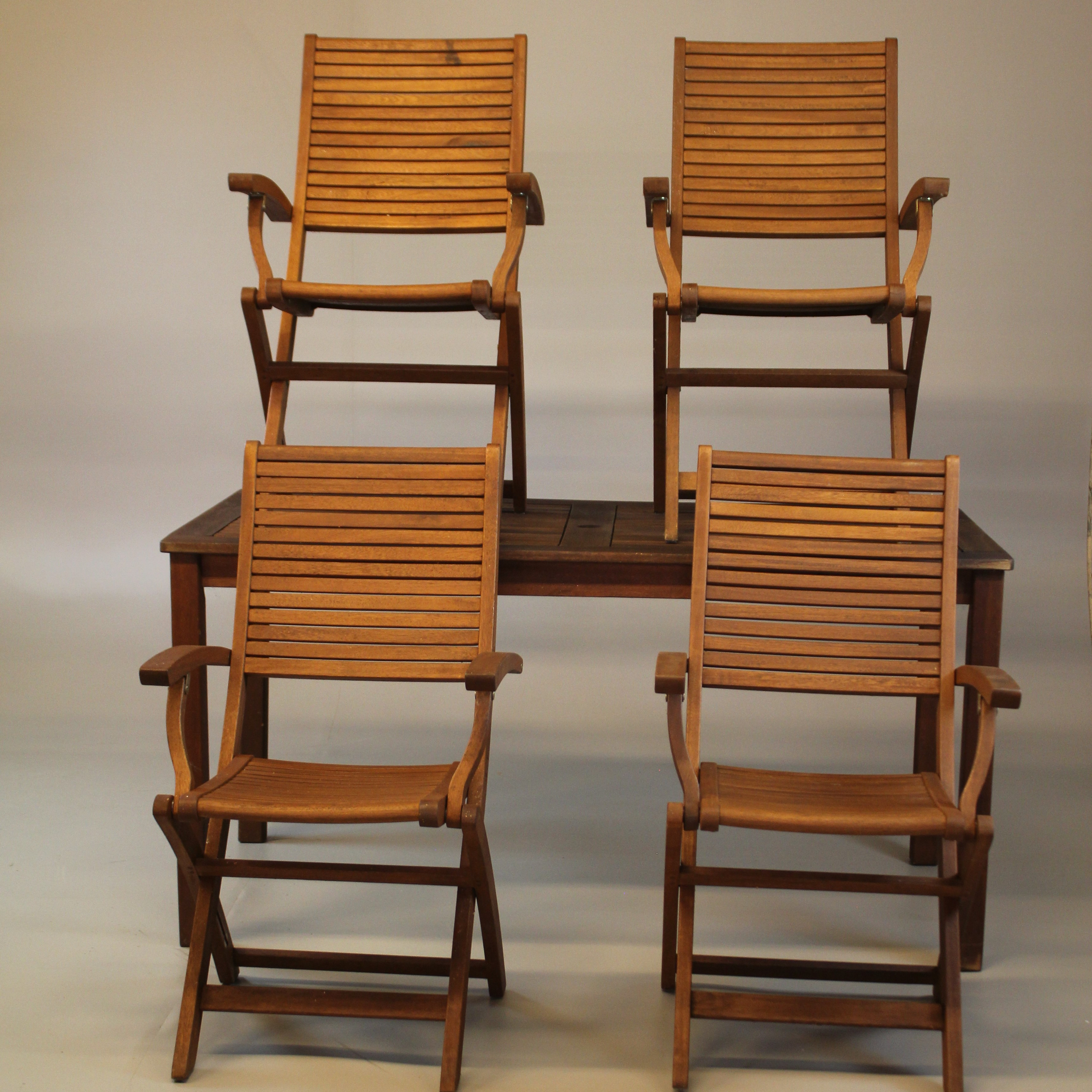 TRÄDGÅRDSGRUPP Bord samt 4 stolar Jutlandia. Möbler
