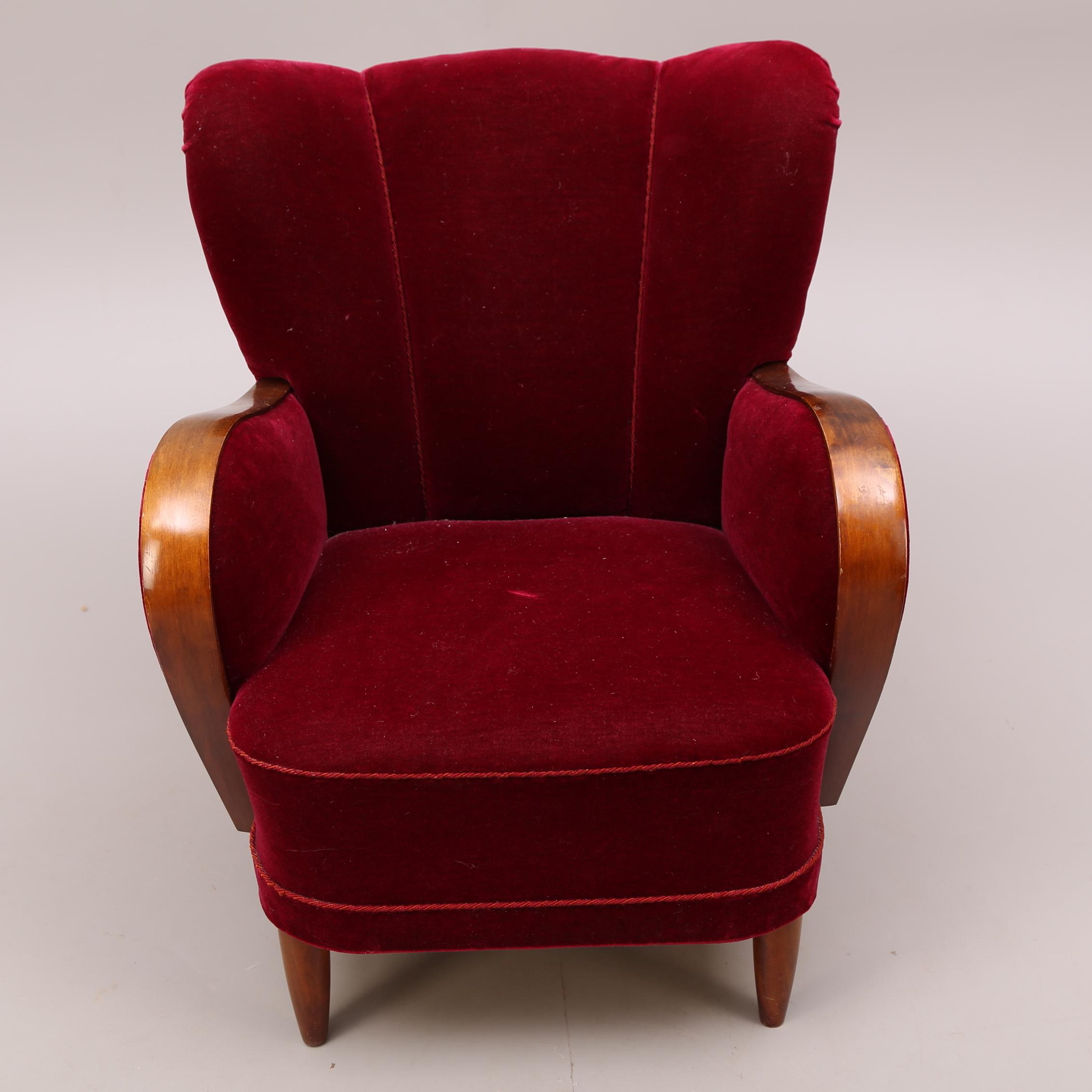 Bilder för 178709 FåTÖLJ, trä, röd sammet, 1940 tal Auctionet