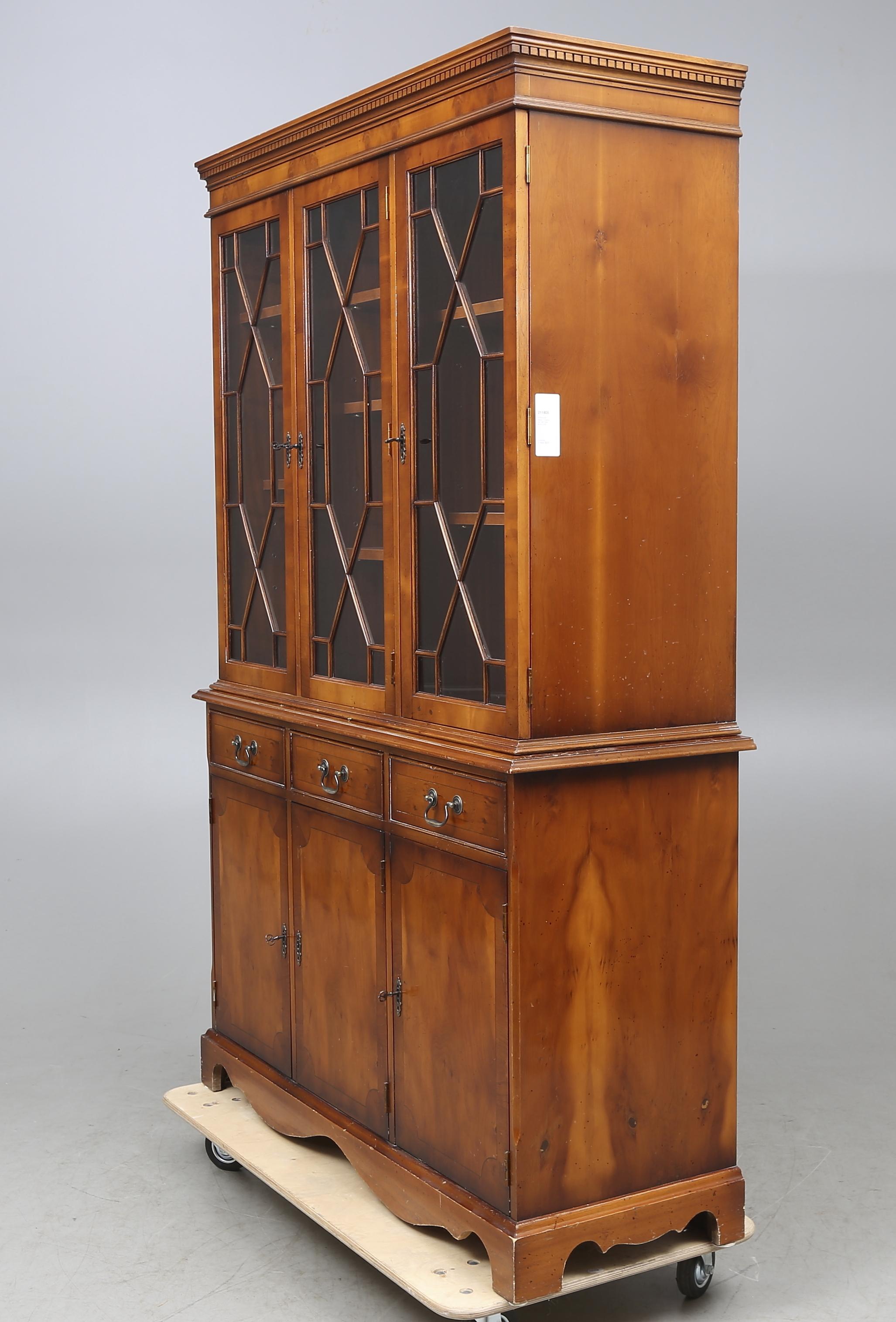 Bilder för 211805 VITRINSKåP, idegran, Engelsk stil, 1900 talets fjärde kvartal Auctionet