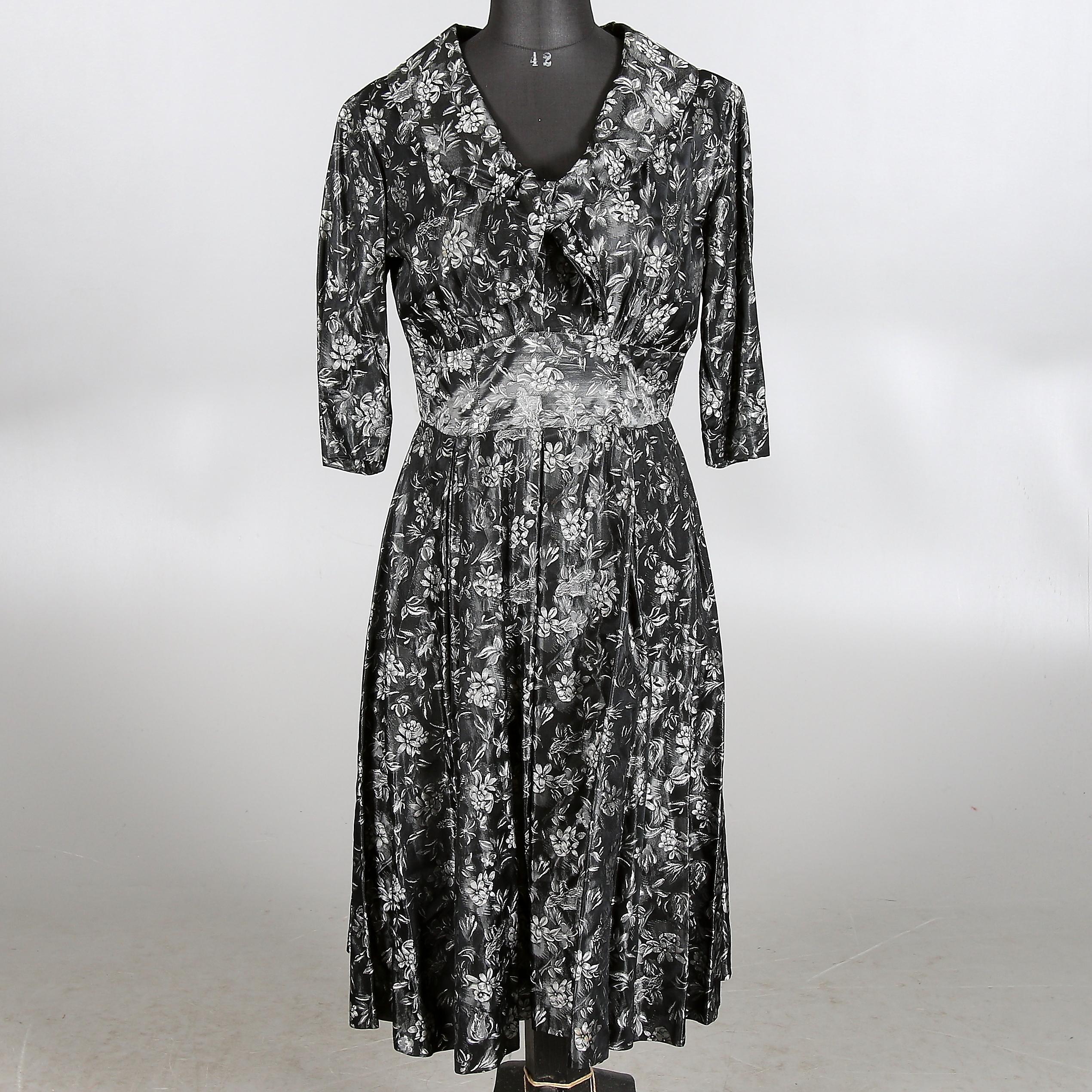 926fbec85d58 KLÄNNING, svart silverbrokad, 1950-tal. Strl. 36/38. Vintage clothing &  Accessories - Auctionet