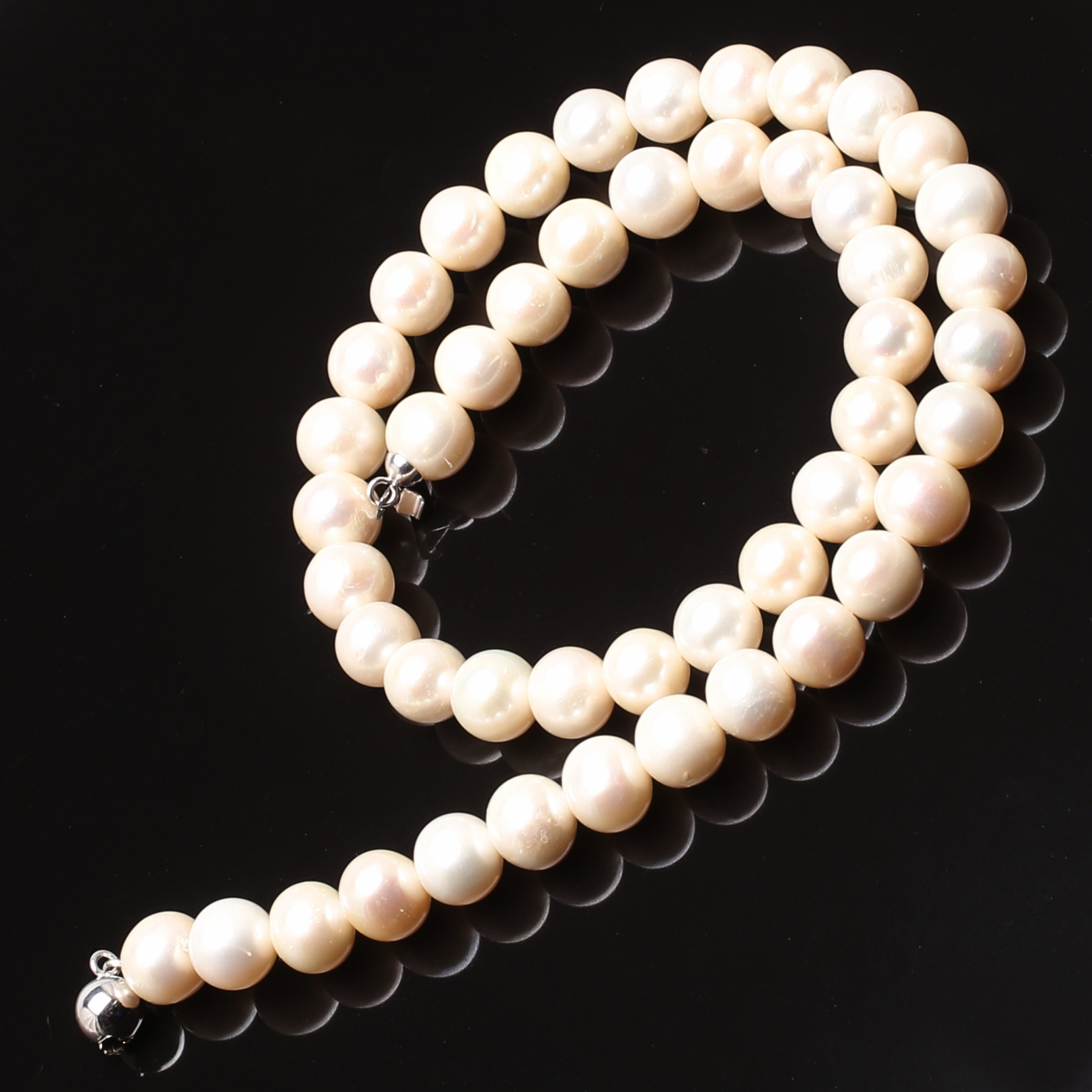 Halsband odlade pärlor med vitguldlås i 18K. Jewellery   Gemstones -  Necklace - Auctionet 6a1b8a3151391