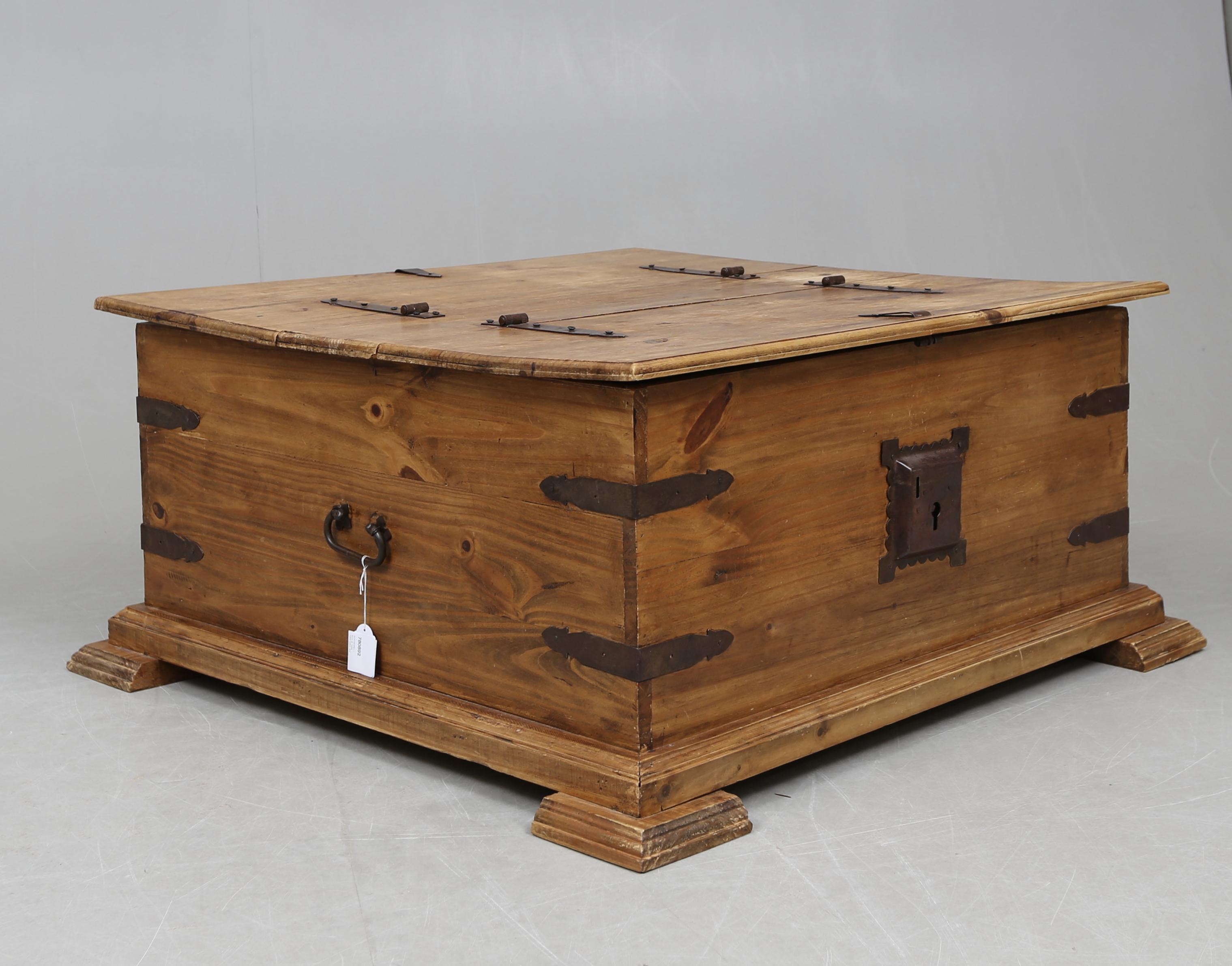 Omtyckta SOFFBORD, i form av kista, 1900-talets slut. Möbler - Bord - Auctionet HU-05