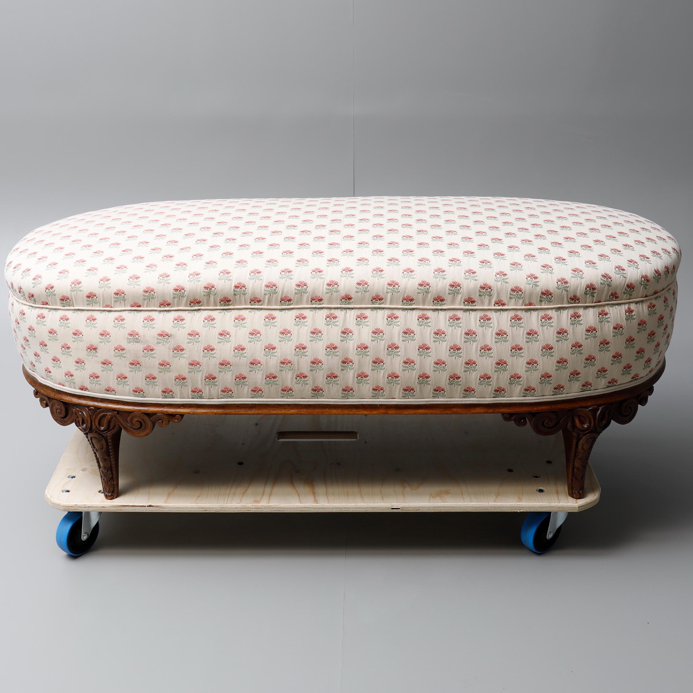 A WALNUT & UPHOLSTERED OTTOMAN. Möbel - Sofas & Sitzgruppen - Auctionet