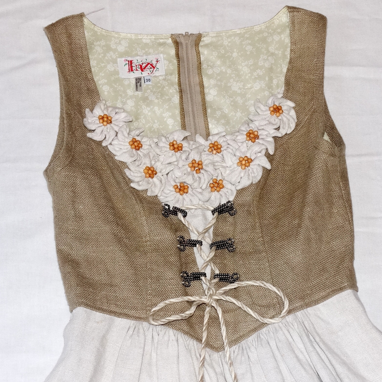 bc98b498135 DIRNDL AUS LEINEN MIT EDELWEISS-APPLIKATION. Vintage clothing   Accessories  - Auctionet